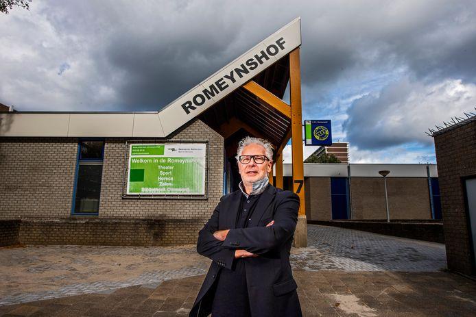 Peter Buisman voor wijkgebouw Romeynshof in Rotterdam-Ommoord.  De toekomst van het complex is onduidelijk.