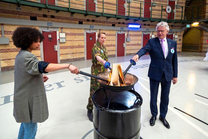 Ontsteking van het vrijheidsvuur tijdens het  ''Nationale Kinder Vrijheids Ontbijt'. Van links naar rechts: Zoë Heeg,  Maaike Hoogewoning en John Berends.