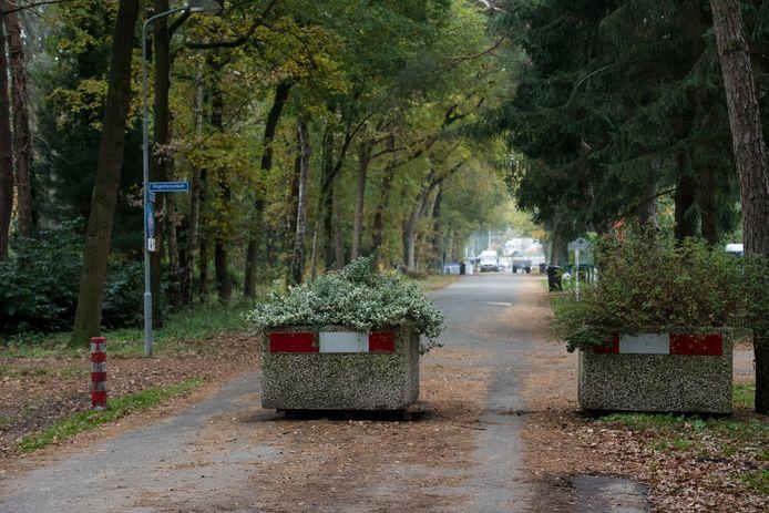 Betonblokken in de Prins Hendriklaan in Ermelo vormen een van de vele hoofdpijndossiers waar burgemeester Baars in verstrikt zit.