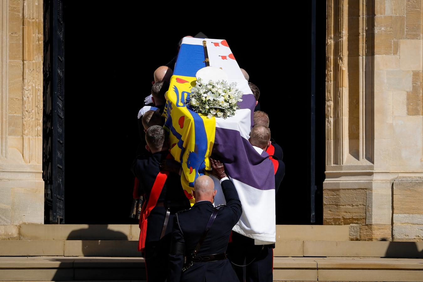 Le cercueil du prince Philip couvert de l'étendard personnel du duc d'Edimbourg, de son épée, sa casquette de la Marine et d'une couronne de fleurs.