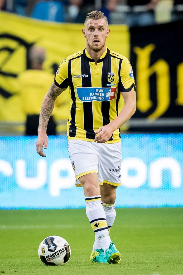 Maikel van der Werff van Vitesse aan de bal in het duel met FC Utrecht.