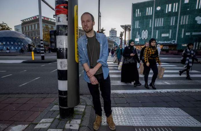 Designer Govert Flint hangt tegen zijn 'leunverkeerslicht'.