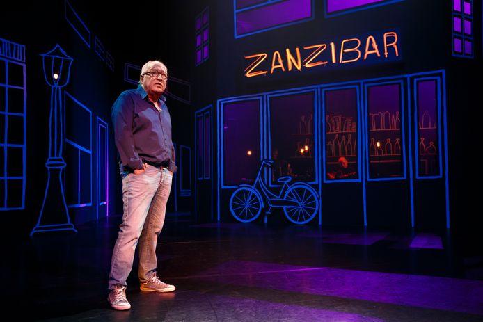 'De kleine driftkikker' keerde gisteravond na een afwezigheid van drie jaar terug op het grootste cabaretpodium van ons land.