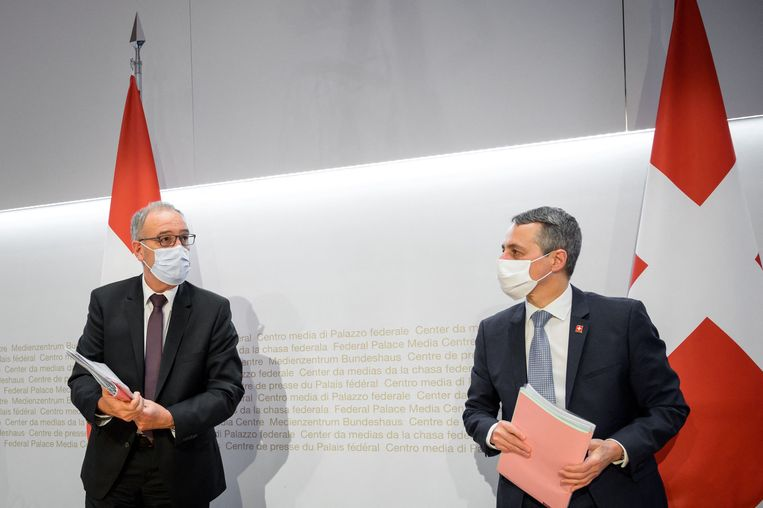 De Zwitserse president Guy Parmelin (l) en minister van buitenlandse zaken Ignazio Cassis na een persconferentie woensdag in Bern over het mislukken van de onderhandelingen met de EU.  Beeld AFP