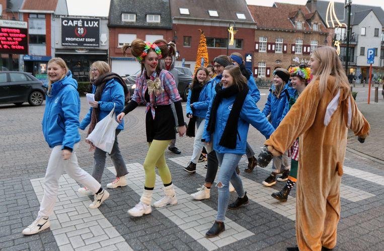 Konijnen van de Jeugdbewegingen zetten de nieuwjaarszangers veilig de straat over Herenthout.
