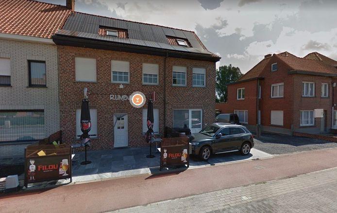 De tent stond opgesteld op privéterrein, op het terras voor café De Rumba, in de Ardooisestraat in Kachtem.