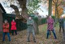 De buurtbewoners in december bij de toen alleen nog bedreigde boom.