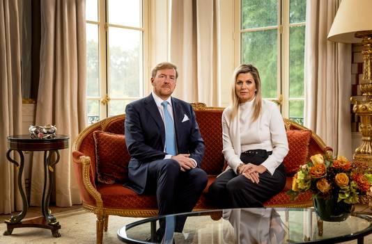 Koning Willem-Alexander en koningin Maxima tijdens het opnemen van een persoonlijke videoboodschap waarin de koning ingaat op het afbreken van de vakantie naar Griekenland.