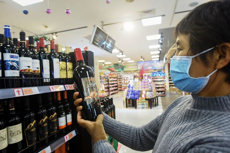 Eind vorig jaar was er nog een ruime keuze aan Australische wijn in Chinese winkels, nu niet meer.  Beeld AFP