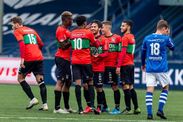 Jordy Bruijn (midden) wordt bejubeld na een van zijn twee doeltreffende vrije trappen tegen FC Den Bosch.