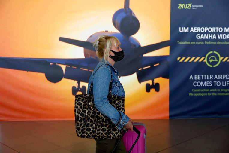 Een reiziger op het vliegveld van Faro in Portugal. Beeld REUTERS