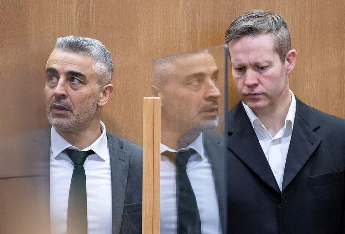 Advocaat Mustafa Kaplan (l) met zijn cliënt Stephan Ernst in de rechtszaal in Frankfurt.
