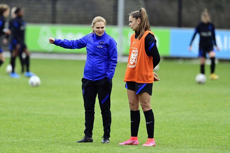 Bondscoach Sarina Wiegman en Lieke Martens tijdens een training op de KNVB Campus. Beeld ANP