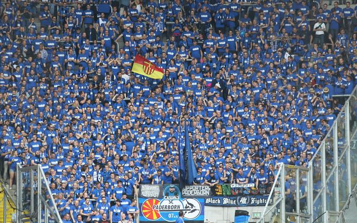 Fans van Paderborn staan hun ploeg in Dresden bij.