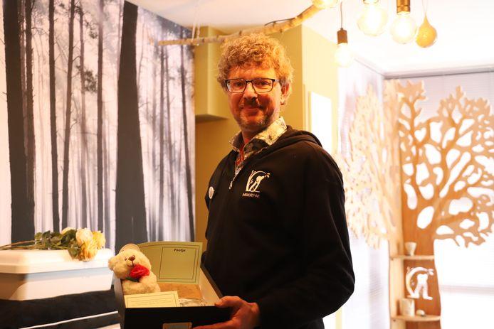 Francky Devalckeneer opende zijn dierenuitvaartcentrum.