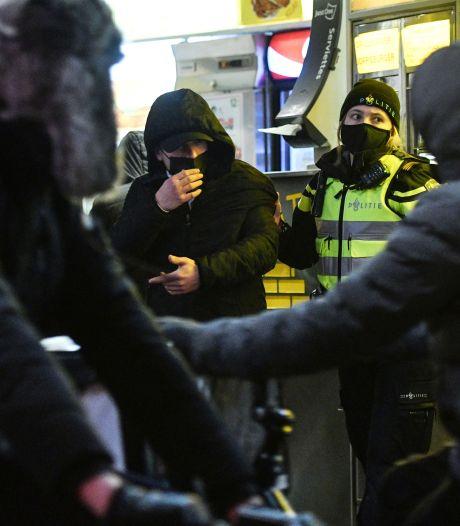Avondklok-hooligans leveren zelf kant-en-klaar bewijs: 'Geef me een steen, geef me een steen'