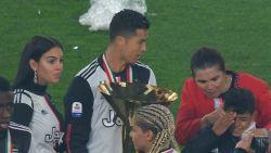 Oeps! Ronaldo zwaait trofee tegen gezicht zoontje