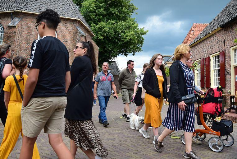 Toeristen in het Gelderse stadje Bronkhorst. Beeld Marcel van den Bergh / de Volkskrant