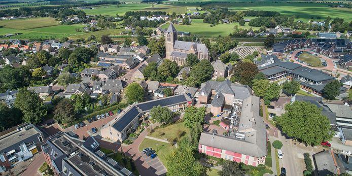Het seniorencomplex in Geffen, met rechts zorgcentrum De Heegt en links de aanleunwoningen van De Pijler. Het Oude Klooster in het midden verbindt de twee woonvormen.