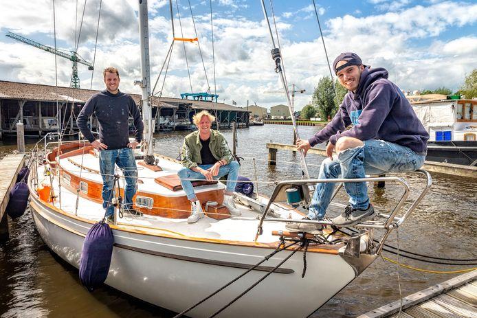 Arjan Ligtermoet, Corne (met pet) Ligtermoet hebben Diveworld in Enschede verkocht en gaan samen met vriend Rinze ter Grote (groene blouse) voor onbepaalde tijd met een zeilboot de wereld rond