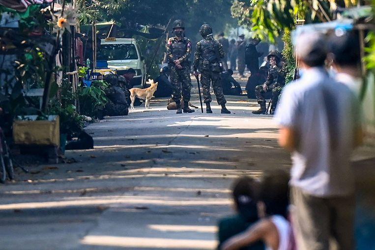 Militairen blokkeren een weg bij een wooncomplex van spoorwegpersoneel in Yangon, de grootste stad van Myanmar. Beeld AFP