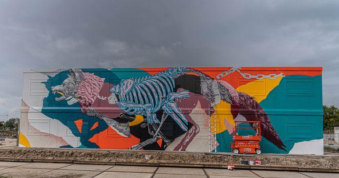 De kolossale streetart wolf van kunstenaars Joram Roukes en Roy Schreuder bij de Grote Voort in Zwolle.