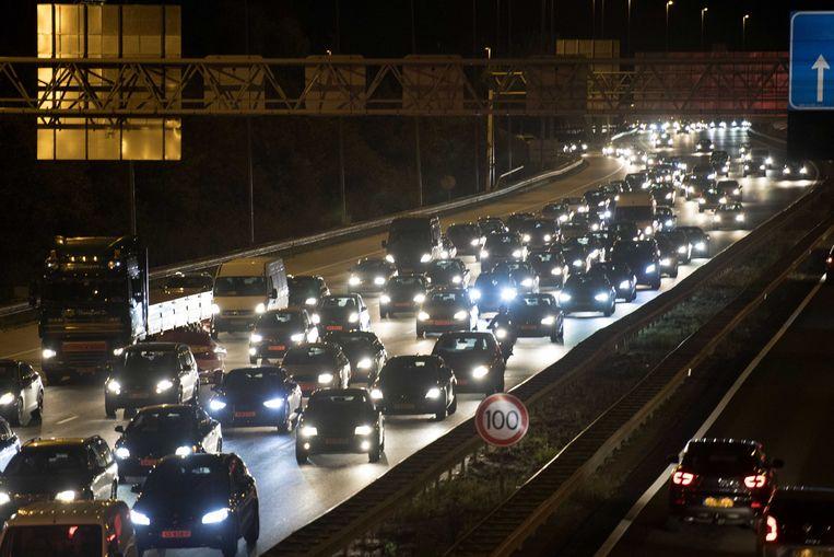 Door ongelukken zijn meerdere snelwegen gesloten, of zijn er meerdere rijstroken dicht, wat tot files leidt.  Beeld ANP
