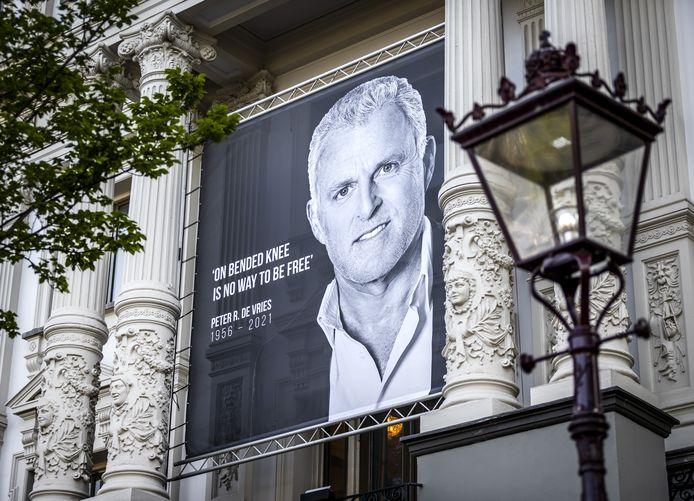Een grote foto op Koninklijk Theater Carre van Publiek van Peter R. de Vries op de dag van zijn afscheid voor het publiek. De misdaadverslaggever overleed op 64-jarige leeftijd, nadat hij in het centrum van Amsterdam werd neergeschoten.