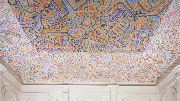 Het gerestaureerde velum van Keith Haring hangt weer boven de trap Beeld Keith Haring Foundation