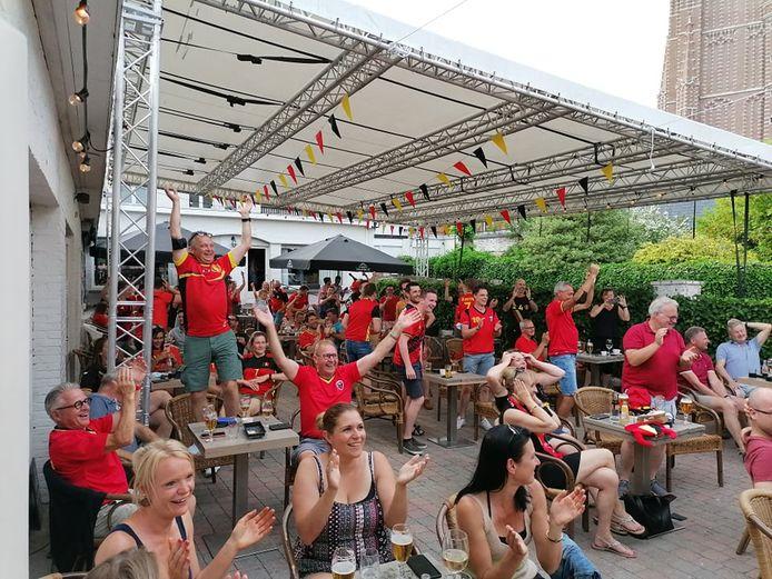 In café De Rijkswacht gingen de supporters uit de bol na de 1-1 en helemaal na de 1-2.