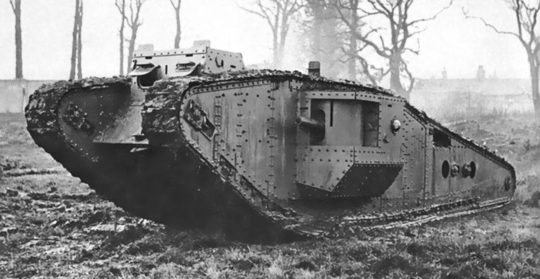 Een Britse Mark IV-tank in actie tijdens de Eerste Wereldoorlog.