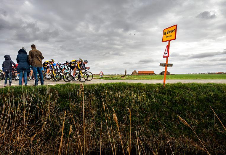 Wout van Aert rijdt met Jumbo Visma-ploeggenoot Nathan Van Hooydonck voorop in de voorste waaier van 21 renners.  Beeld Klaas Jan van der Weij/de Volkskrant