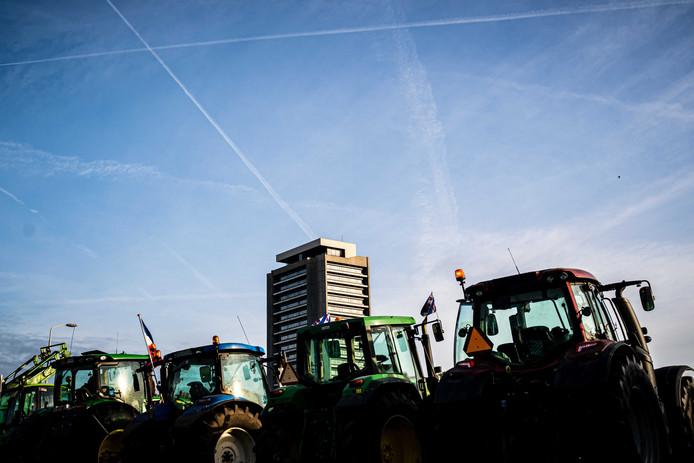 Boeren protesteren bij het provinciehuis in Den Bosch tegen de strenge stikstofregels.
