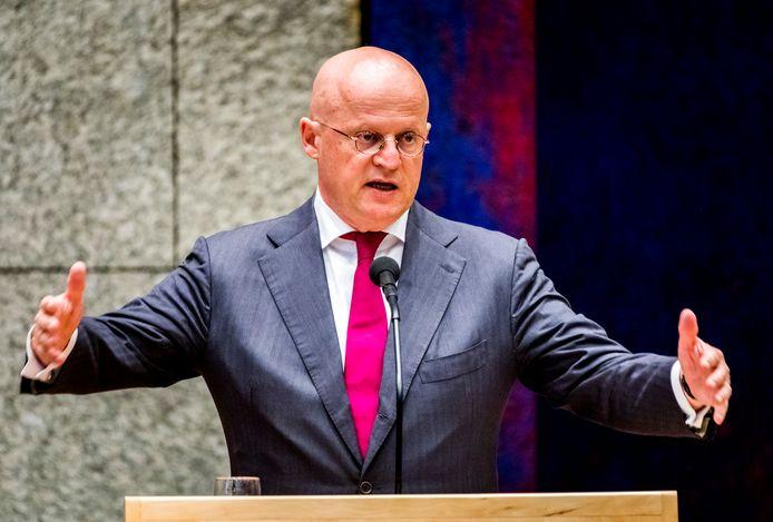 Minister Grapperhaus (Justitie en Veiligheid) pleit in zijn strijd tegen drugscriminaliteit voor minder festivals in Nederland. Volgens de minister kan de politie het grote aantal feesten door het intensieve drugsgebruik daar niet aan.