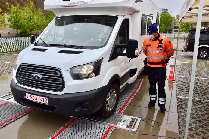 Motorhomes, maar ook auto's met caravan, moesten met hun wielen op de weegpunten gaan staan, tijdens de weging van hun voertuig op de parking van de politiezone Vlas in Kortrijk.