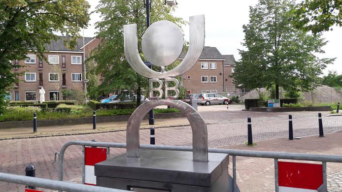 Het logo van de Blaanke Boeskeulkes met daarin verwerkt de initialen van de jongerencarnavalsvereniging.