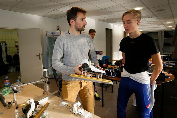 Niels Kerstholt (links) helpt een van zijn talenten (Fris Emons) met het afstellen van de schaatsen.