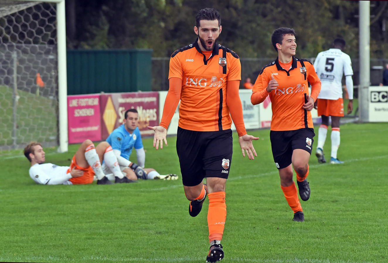 Miroslav Peric viert zijn derde treffer namens Terneuzense Boys tegen Oranje Wit.