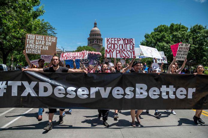 Mensen demonstreren tegen de nieuwe strenge anti-abortuswet aan het Texas state capitol in Austin, Texas.