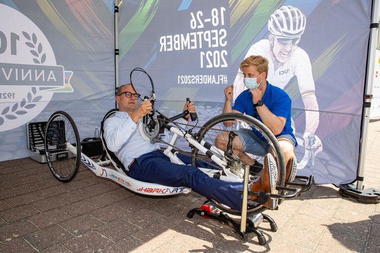 Vlaams minister van Sport Ben Weyts in actie in Knokke-Heist. Beeld BELGA