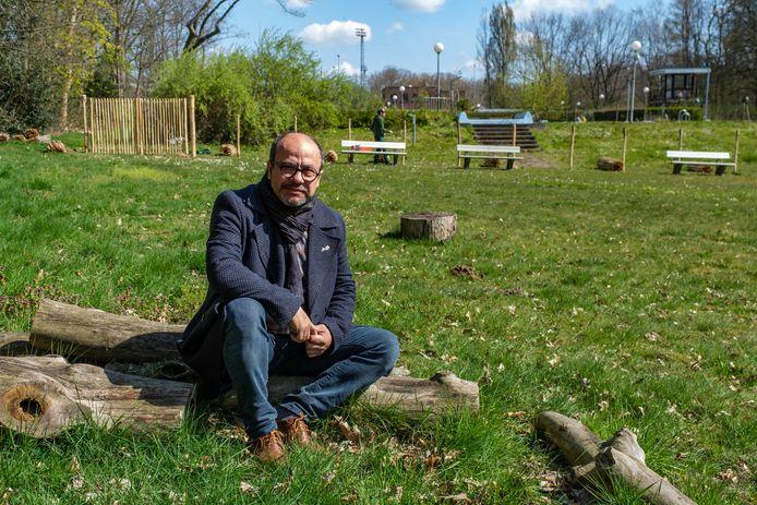 Schepen Francis Sanchez (N-VA) aan de voormalige ligweide, waar wordt gewerkt aan een hondenweide.