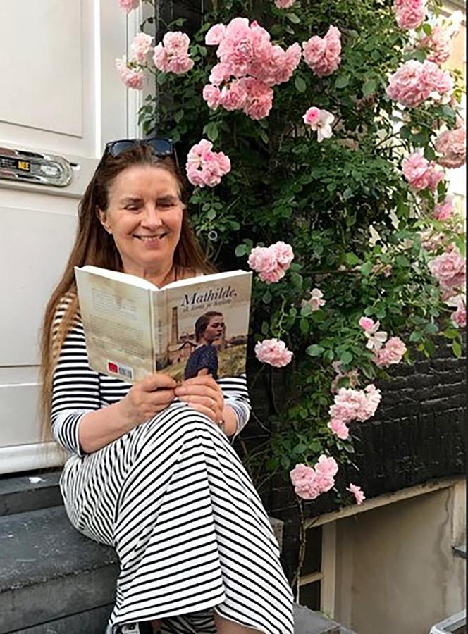 Inez van Loon met haar jongste roman: 'Mathilde, ik kom je halen'.