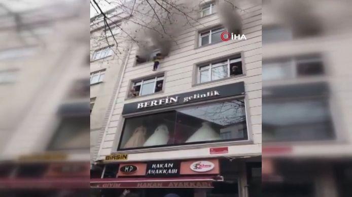 Une mère désemparée a dû lâcher ses quatre enfants par la fenêtre du troisième étage d'un appartement d'Istanbul en Turquie.