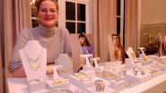 Charlotte showt designjuwelen in kasteel