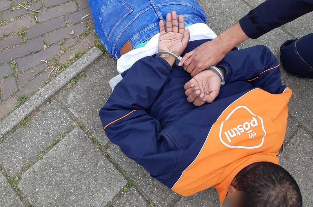 De politie heeft een man aangehouden toen hij zich voordeed als medewerker van PostNL om zo een Arnhemmer zijn pinpas te ontfutselen.