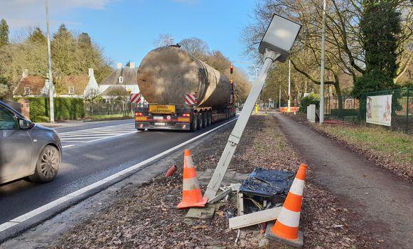 De beschadigde flitspaal langs de Antwerpsesteenweg in Vosselaar.