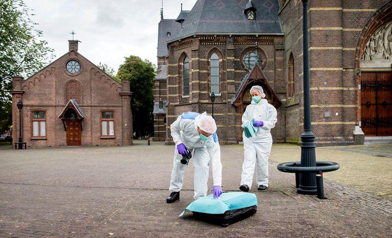 In 2019 wordt een verdachte koffer aangetroffen bij de Sint Vituskerk in Hilversum.  Is er een link met de ontdekking van de anti-jihadblogger? Na onderzoek blijkt het loos alarm. Beeld Koen van Weel /  ANP