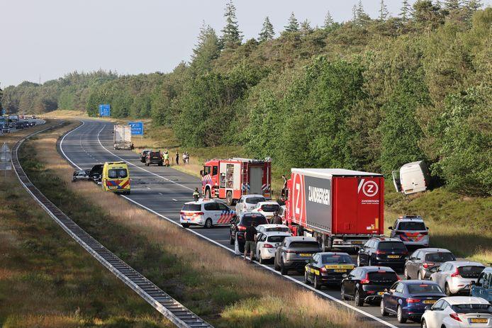 Na een ongeval bij Heerde is de A50 in de richting van Zwolle afgesloten.