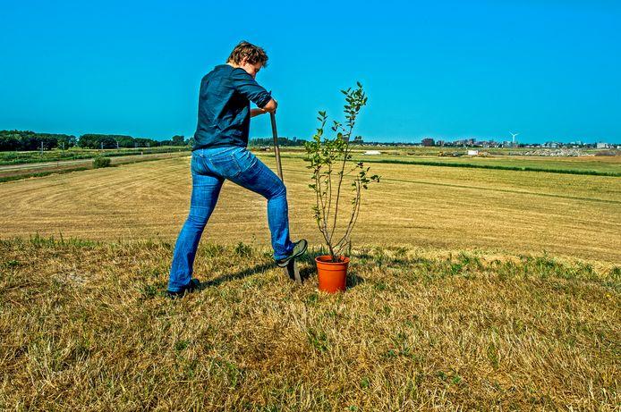 Klaartje Jaspers op de plek waar straks een voedselbos moet verrijzen.