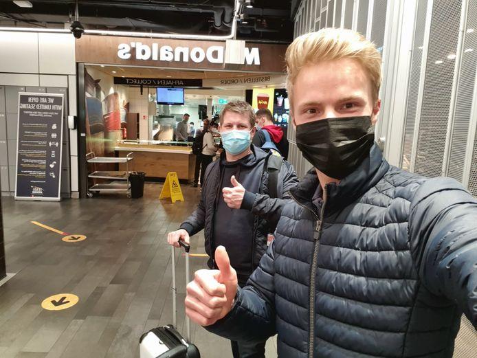 Martin en Koen (r) op Schiphol.